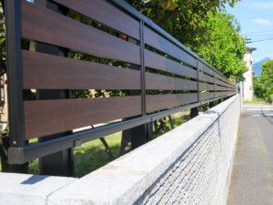 【五泉市】ほどよく視線をさえぎる、高級感あふれるアルミフェンス!片面木調格子でコストパフォーマンスgood!
