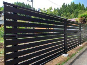 【五泉市】ブラックの目隠しフェンス!YKKAP製シンプレオ2段支柱で高さを確保!